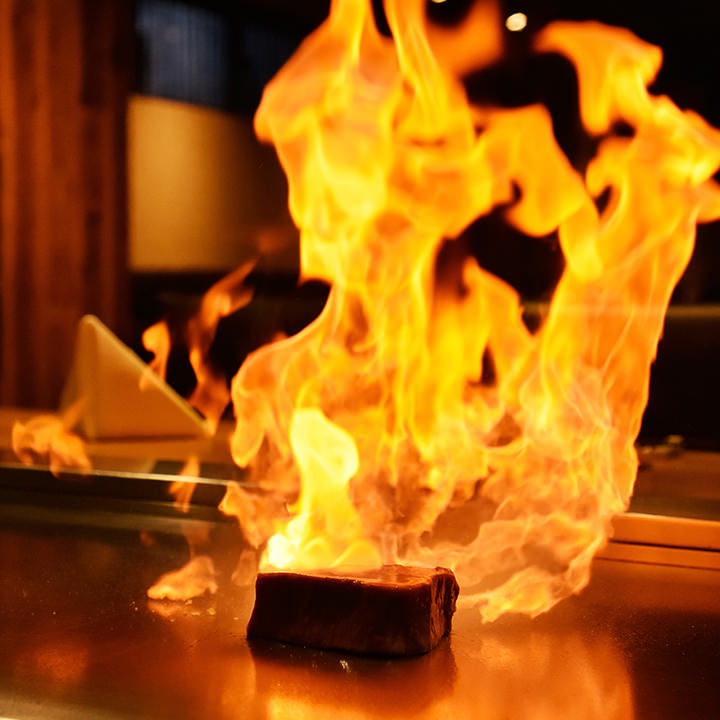 品川の和食や鉄板焼きが味わえる「円居」のフランベの様子