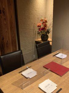品川でディナーをするなら【円居 -MADOy- 品川高輪】へ。アクリル板を設置したお席でお食事を楽しめます。